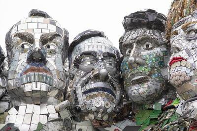 La impactante escultura ha sido denominada 'Mount Recyclemore' y su objetivo es poner de relieve el daño ocasionado al medioambiente cuando se desechan los dispositivos electrónicos.