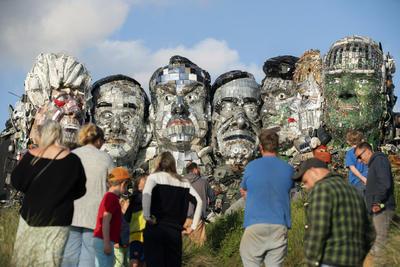 El escultor Joe Rush indicó, según señala la cadena BBC, que confiaba en que su obra mostrara que los aparatos tecnológicos deberían fabricarse para poder ser más tarde reutilizados o reciclados con mayor facilidad.