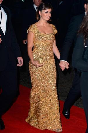 11062021 El vestido dorado de Penélope Cruz se irá a subasta.