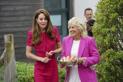 Jill Biden y Kate Middleton se conocen entre niños y conejos en Cornualles