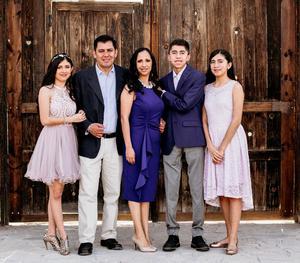 13062021 Adriana Gamboa y Leopoldo Domínguez con sus hijos Andrés, Any y Abril.