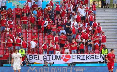 Jugadores e hinchadas se unen en homenaje a Christian Eriksen