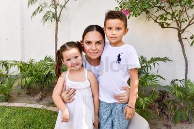Alejandra con sus hijos, Marián y Rodrigo.