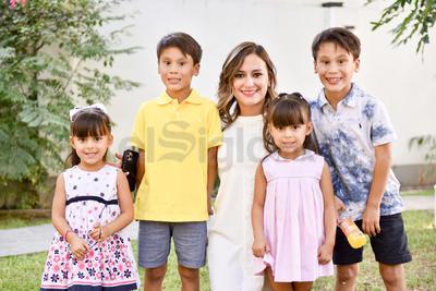 Eloísa con sus hijos, Roberto, Rodrigo, Paulina y Ana Sofía.