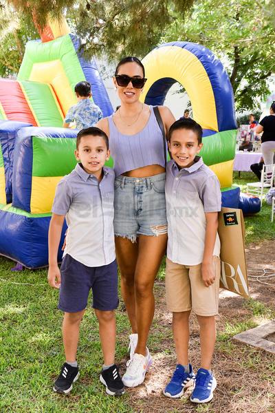 Emmy con sus hijos, Emilio y Santiago.