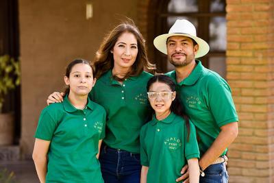 Priscila y Fernando con sus hijas, Maryfer y Camila.