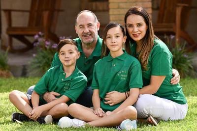 Pamela y Gerardo con sus hijos, Romina y Valentino.