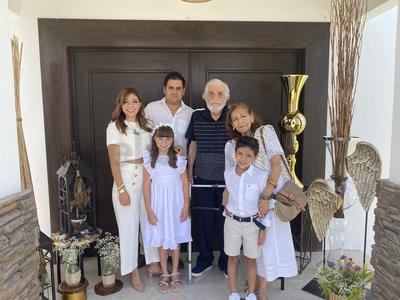 Mariale Gregory acompañada de su bisabuelo, Homero, y Estela Vara, junto a sus papás, Ale Vara y Eduardo Gregory, y su hermano Eduardo.