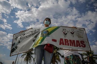 Manifestantes 'plantan' rosas en Copacabana en memoria de fallecidos por COVID en Brasil