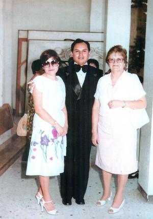 20062021 El señor José Luis Romo Ayala festejando 40 años de su graduación como Licenciado en administración de empresas, acompañado de su esposa María Lilia Cigarroa del Bosque y su suegra, doña Lilia del Bosque Nuncio (f).