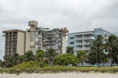 Un muerto y varios desaparecidos tras derrumbe en edificio de Miami