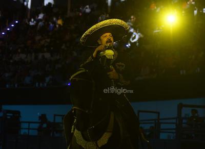 Los gritos de hombres y mujeres cimbraron el recinto al ver en vivo a uno de los máximos exponentes de la música mexicana.