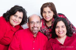 01072021 Enfermera María del Socorro Martínez Mendoza y sus hijos lic. Cecilia Angélica de la Peña Martínez, dra. Ruth de la Peña Martínez y dr. Carlos Eli de la Peña Martínez.