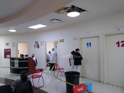 Se colocaron cubetas para captar el agua que cae de los techos de los pasillos principales de la clínica. También hay sillas y cintas de precaución en consulta externa para evitar que alguna persona pueda resbalar con los charcos que se originaron este día.