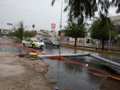 El fuerte viento y la lluvia provocaron la caída de arbotante del semáforo ubicado en el crucero de avenida Juárez y calle Juan Pablos (16), por el bosque Venustiano Carranza, en Torreón.