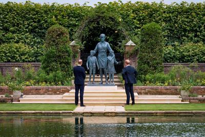 Develan Guillermo y Harry una estatua en honor a Lady Di