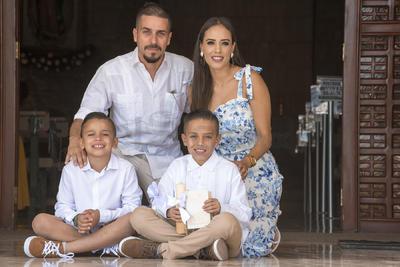 COMUNIÓN. Familia Bandrés Arreola celebra la primera comunión de Emilio.