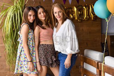 CUMPLEAÑOS. Ángela Torres celebra su cumpleaños junto a su hermana Mariana y su mamá, Alicia.