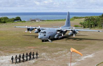 Esta imagen muestra un avión C-130 de transporte de tropas de la Fuerza Aérea de Filipinas, en la isla de Thitu, en el archipiélago disputado de Spratlys, en el Mar de la China Meridional en el oeste de Filipina.
