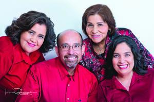 04072021 Enfermera María del Socorro Martínez Mendoza y sus hijos, lic. Cecilia Angélica de la Peña Martínez, dra. Ruth de la Peña Martínez y dr. Carlos Eli de la Peña Martínez.