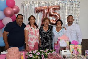 05072021 La señora, Gloria Reyes, celebró su cumpleaños número 75  acompañada de sus hijos.