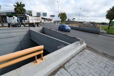 Fue el caso reciente de un hombre de 35 años, quien el pasado 5 de julio manejaba su automóvil compacto por el Periférico, al llegar al cruce con la carretera Torreón-Matamoros no pudo frenar a tiempo y cayó al paso deprimido de la zona.