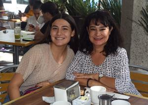 08072021 Allison G. con su mamá Cecy García.