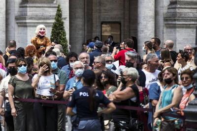 El féretro, expuesto en los últimos tres días en la capilla ardiente en el palacio del Campidoglio, el ayuntamiento de la capital, entró en la iglesia a hombros, tras haber hecho un último recorrido en un coche escoltado bordeando los Foros Imperiales.