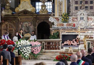 El padre Castaldi habló de la profunda fe de Raffaella, sobre todo hacia el Padre Pío, santo de gran devoción popular. Tal es así que la artista acudía a menudo al monasterio, había amadrinado su nuevo centro de comunicaciones y en 2002 presentó un documental sobre su figura.