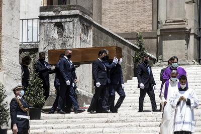 El funeral fue oficiado por el padre Simone Castaldi y cuatro frailes capuchinos del monasterio de San Giovanni Rotondo, custodio de los restos del santo más venerado de Italia, el Padre Pío, del que Raffaella era sumamente devota.