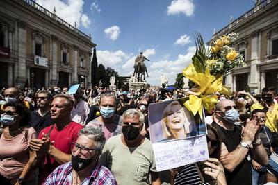 El funeral de Raffaella Carrà fue vivido como un acontecimiento nacional, reuniendo a autoridades, amigos, colaboradores, bailarines o seguidores, y, de hecho, fue retransmitido en directo por el primer canal de la televisión pública, la RAI.