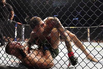 Dustin Poirier gana a Conor McGregor quien se fracturó una tibia