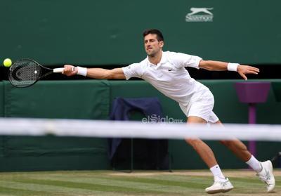 Wimbledon Championships 2021  Wimbledon (United Kingdom), 11/07/2021.- Novak Djokovic of Serbia in action against Matteo Berrettini of Italy during the men's final at the Wimbledon Championships, Wimbledon, Britain 11 July 2021. (Tenis, Italia, Reino Unido) EFE/EPA/STEVE PASTON / POOL DEP Tenis WIMBLEDON BRITAIN TENNIS GRAND SLAM 2021 United Kingdom