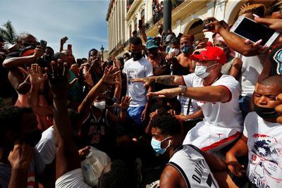 '¡Libertad!', dicen Cubanos al tomar las calles para protestar en contra del Gobierno