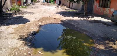 Una laguna. El cruce de Apolinar Maltos y Dátiles también se encuentra en medio de una laguna de aguas negras que es difícil evadir en plena calle.