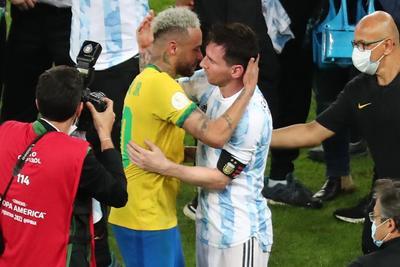 Neymar y Messi regalan imágenes poco vistas en el futbol