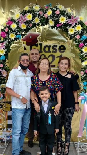 11072021 Festejando la graduación del kinder de Mateo Valadez Sánchez, su mamá, abuelitos y tíos.