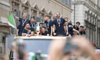 Selección de Italia recorre Roma para celebrar el título de la Euro 2020