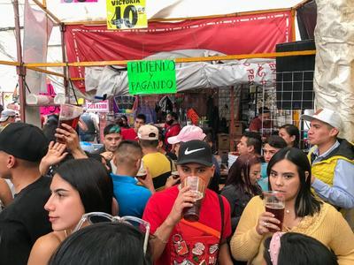 Pese a tercer ola de COVID-19, visitantes de Tepito se divierten en chelerías