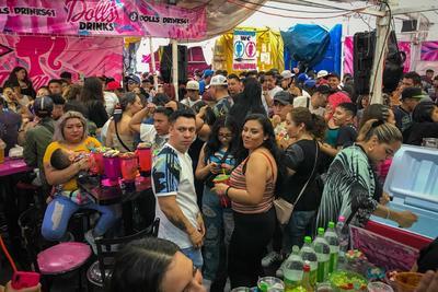 En este lugar, ubicado en la esquina de la calle Matamoros, es nula la sana distancia, el uso del cubrebocas es anecdótico, y la advertencia por parte de las autoridades sanitarias (sobre el incremento de los casos positivos entre jóvenes de entre 18 y 39 años) se olvida entre canciones de salsa, banda y reguetón.