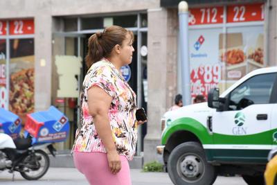 Personas sin cubre bocas en la calle  Personas sin cubre bocas en la calle
