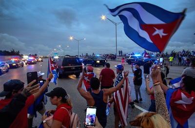 Cubanos de Miami bloquean autopista en apoyo a manifestaciones en la isla