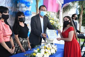 14072021 Graduada recibe reconocimiento.