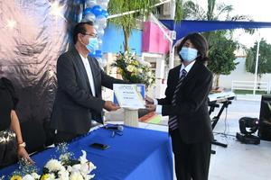 14072021 Alumno recibe diploma.