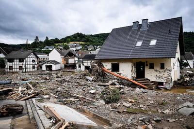 En Spa, también en la provincia de Lieja y destino turístico nacional conocido por sus aguas termales, el centro de la ciudad se encuentra totalmente inundado, al igual que Rochefort, en Namur, mientras que una decena de casas se han hundido en Pepinster.