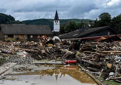 En la localidad de Verviers, una de las más afectadas por la lluvia y las crecidas de los ríos, se han encontrado cuatro cuerpos sin vida, que se suman a otros dos confirmados anteriormente en las localidades de Eupen y Aywaille, todas ellas en las proximidades de Lieja.
