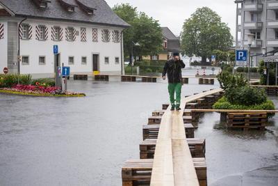 El primer ministro de Renania del Norte-Westfalia, Armin Laschet, candidato conservador para suceder a Merkel en la cancillería, interrumpió una gira por el sur de Alemania y viajó a algunas de las localidades más afectadas.