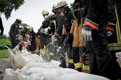 El número de víctimas mortales en el intenso temporal con tormentas e inundaciones que azota el oeste de Alemania subió a 42 , según las últimas cifras de la televisión pública ARD, mientras siguen desaparecidas decenas de personas.