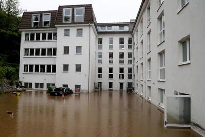 Otros países europeos han sufrido graves inundaciones en los últimos treinta años. En junio de 1998 la región italiana de la Campania contabilizó 147 muertos y decenas de desaparecidos por riadas de fango. En octubre de 2000, las riadas originadas por intensas lluvias en el Valle de Aosta, Piamonte y Liguria causaron 50 muertos.