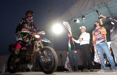 """El gobernador Miguel Ángel Riquelme Solís encabezó la salida de la séptima edición de la Carrera """"Coahuila 1000"""", misma que se dio a las 06:45 horas y reunió a más de 250 pilotos."""
